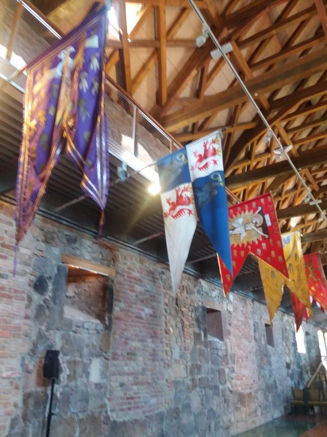 zászlók az esztergomi vármúzeum lovagtermében